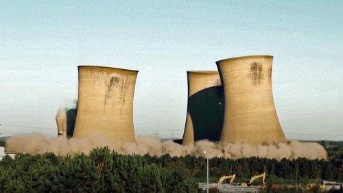 Multiperspektivisch gefilmt: Altes Kohlekraftwerk kracht imposant zusammen