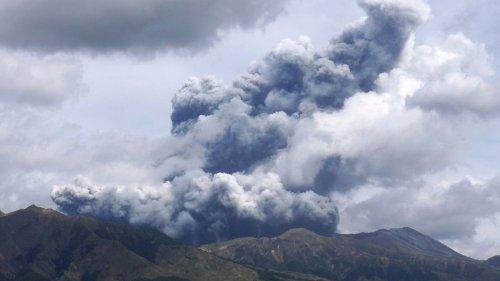 Vulkan Aso in Japan bricht spektakulär aus