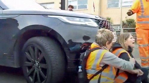 Mutter rastet aus und schiebt mit SUV Klima-Aktivisten vor sich her