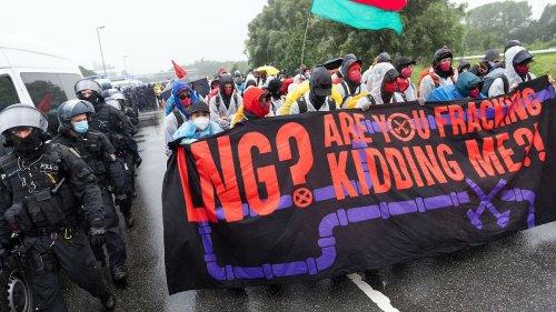 Hunderte demonstrieren gegen LNG-Terminal
