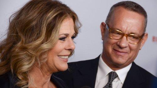 Tom Hanks kniet und tanzt auf der Landebahn