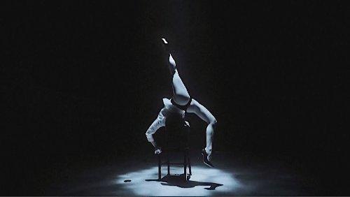 Tänzerin räkelt sich atemberaubend unter Wasser