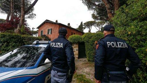 Roma-Star mit Waffe im Haus überfallen