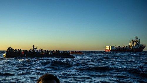 """Rettungsschiff """"Geo Barents"""" mit hunderten Flüchtlingen in Sizilien eingelaufen"""