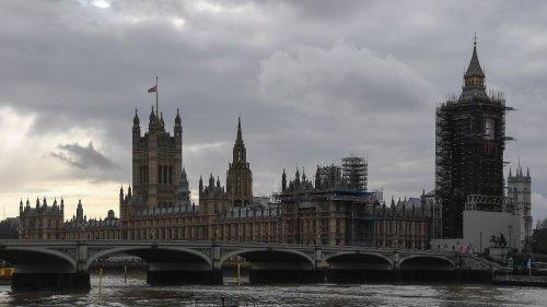Britische Wirtschaft bricht beispiellos ein