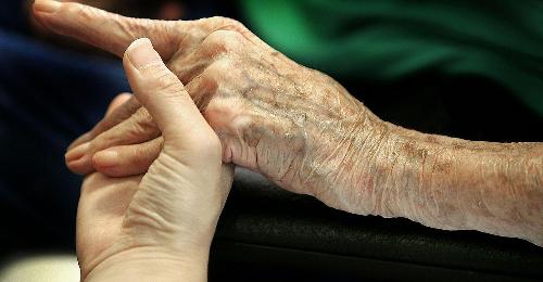 Oberösterreich startet mit Anstellung von pflegenden Angehörigen