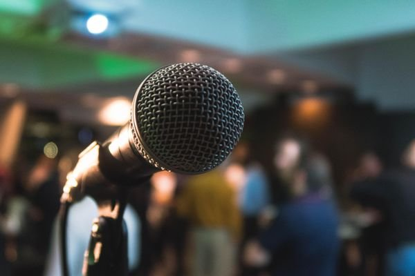 Des proprios de bars du Québec réclament le retour du karaoké au Dr Arruda