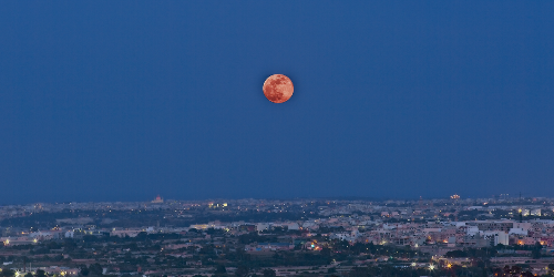 A 'Super Blood Flower Moon' Will Be Visible In Canada This Month & Here's How To See It