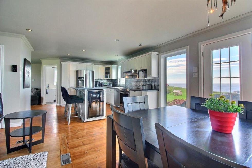 Cette jolie maison à vendre en Gaspésie a la mer directement dans sa cour