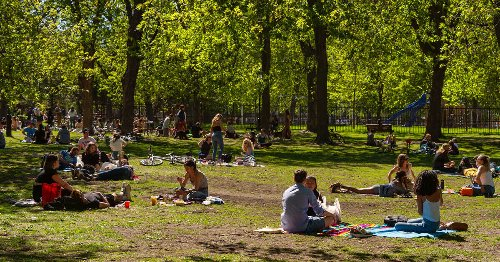 Rassemblements dans les parcs en zone rouge : voici ce qui est permis ou non