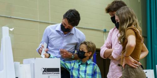 Justin Trudeau est allé voter à Montréal et ses photos font réagir