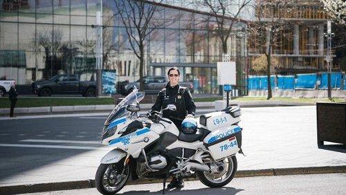 Une première policière à moto a été nommée au SPVM et voici pourquoi c'est la seule