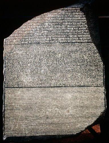 Comment Champollion a-t-il décodé la pierre de Rosette ?