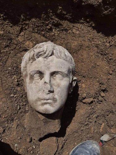 Découverte fortuite d'une tête en marbre blanc représentant l'empereur Auguste