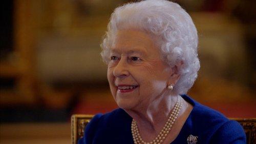 La reina Isabel II revisa por primera vez su coronación