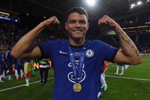 Chelsea extends Silva, Giroud contracts