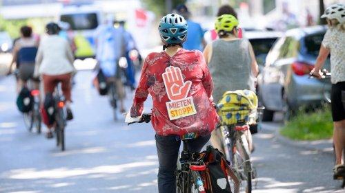 Fahrradfahrer demonstrieren in Hamburg für faire Mieten