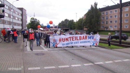 Etwa 1000 Menschen auf #unteilbarMV-Demo
