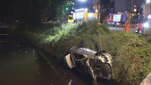 Oldenburg: Auto stürzt in die Haaren und versinkt