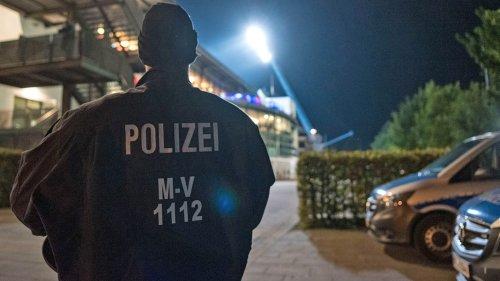 Fan-Ausschreitungen nach Hansa - Schalke: Acht Polizisten verletzt