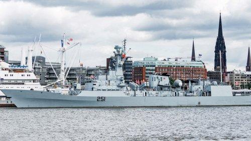Pakistanische Fregatte macht erstmals in Hamburg fest