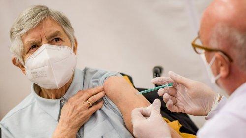 Dritte Impfung für Senioren: Hausärzte kritisieren Pläne