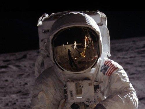 Redditor Unwraps Iconic Apollo 11 Image