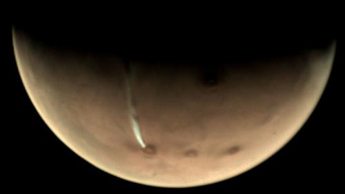 Elongated Cloud Seen Recurring Over Volcano on Mars - Nerdist