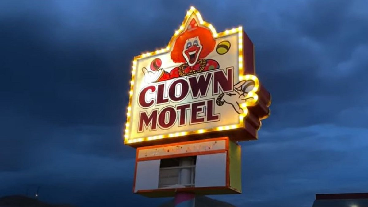 Just a Creepy Clown-Filled Motel by an Old Cemetery - Nerdist