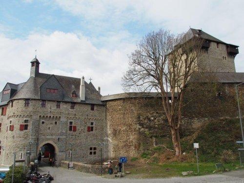Um Schloss Burg wandern - bergiges Ausflugsziel NRW zur Sengbachtalsperre und dem Kiepenkerl