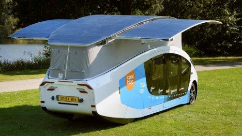 Elektro-Wohnmobil: Auf dem Campingplatz entfaltet sich das riesige Solardach