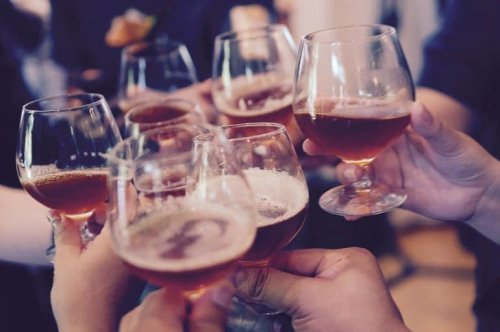 Social Network's Relation to Binge Drinking Among Adults Explained - Neuroscience News