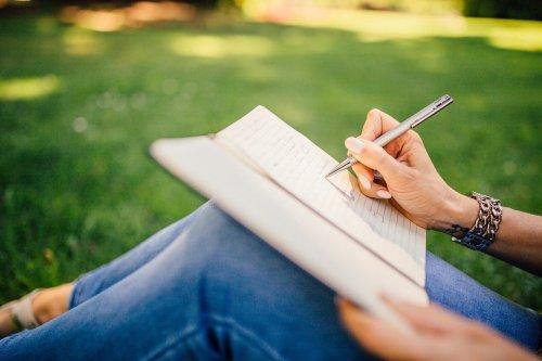 Writing Can Improve Mental Health - Neuroscience News