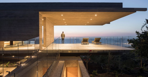 """Huge concrete beams frame ocean views from a """"levitating"""" coastal home in Chile"""