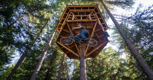 """22 year old builds a human-powered bicycle """"elevator"""""""