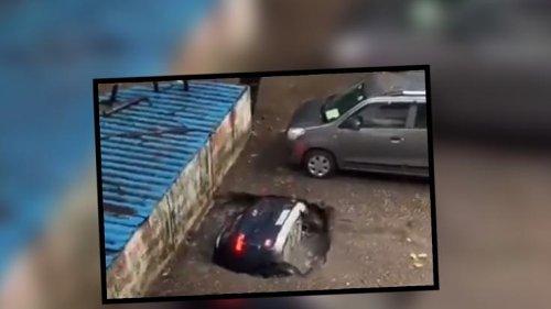 Nach schweren Regenfällen: Schock-Video veröffentlicht! Erdloch verschluckt parkendes Auto