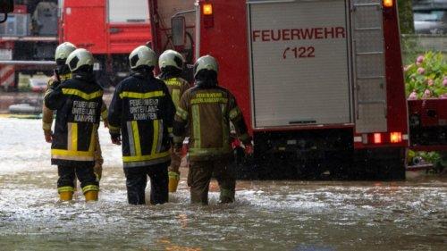 Unwetter aktuell in Bayern und NRW: Bahnverkehr gestört, Keller geflutet - Feuerwehr im Dauereinsatz