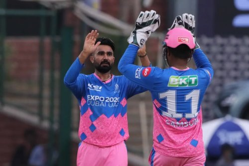 Will you marry me? Rajasthan Royals' Rahul Tewatia Humorously Proposes a Water Bottle
