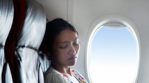 Where Should You Rest Your Arm? Flight Attendant Solves Middle Seat Armrest Dilemna