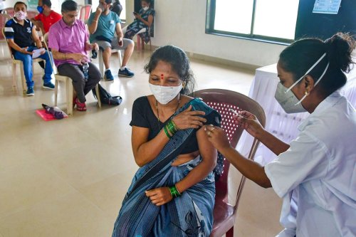 India Records Highest Ever Daily Vaccination at 47.5 Lakh Till 3pm Today; UP, MP, Gujarat, Haryana Take Lea