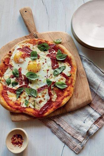 Antoni Porowski's breakfast for dinner pizza