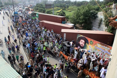 Islamists suspend march under agreement with Pakistan government