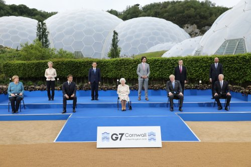 Are you supposed to be looking as if you're enjoying yourself? Queen's quip shows G7 leaders who's really in charge