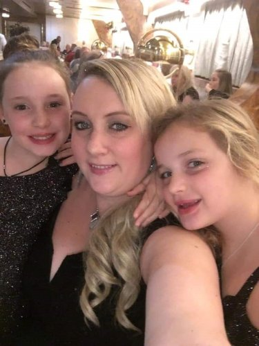 Mother with stage four breast cancer creates support packs for fellow patients