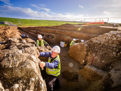 Excavation into Roman amphitheatre in England uncovers arena holding cell