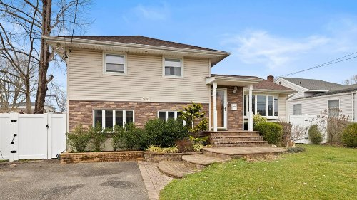 Bellmore split-level home on quiet street asks $600,000