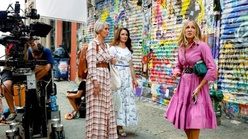 """According to These Leaked """"Sex and the City"""" Revival Photos, It Looks Like Carrie Befriends a Bunch of Camera Operators and Grips"""