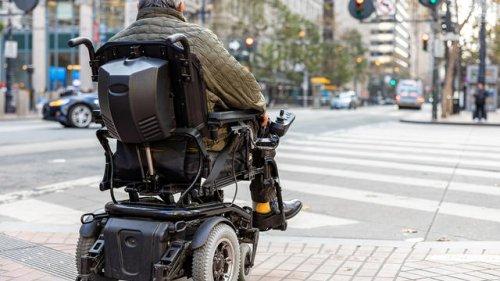 Frau zog den Zündschlüssel: Rentner fährt mit Rollstuhl hinterrücks Leute um | Nordkurier.de