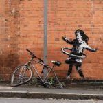 """La """"Bambina con l'hula hoop"""" di Banksy staccata dal muro per essere venduta"""