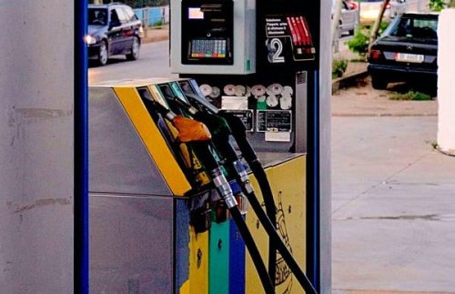 Gas prices fall as oil prices fade amid higher output